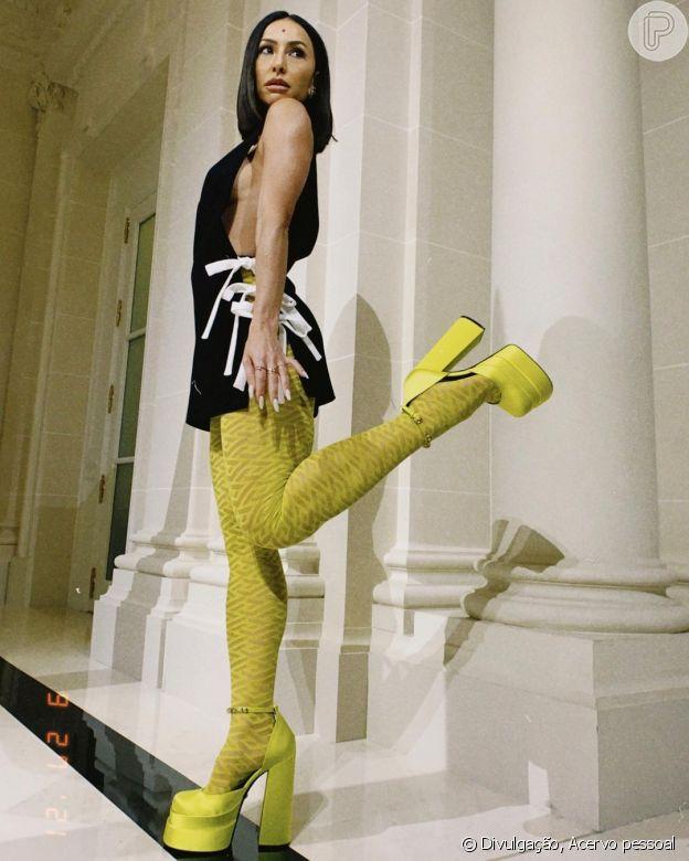 Sabrina Sato ousa com meia-calça colorida