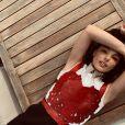 Isis Valverde usou plastrão de couro vermelho em look para front row da Dior