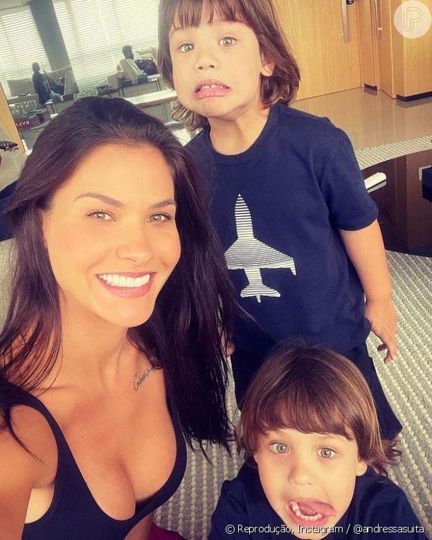 Andressa Suita posa com os filhos em Dia das Crianças e Gusttavo Lima é visto ao fundo: 'Papai lá atrás'