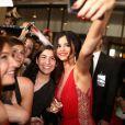 Selena Gomez tira foto com os fãs da também cantora
