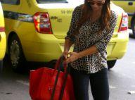 Sthefany Brito se enrola com mala de viagem em desembarque no Rio