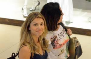 Grazi Massafera usa look despojado durante passeio com amiga em shopping do Rio