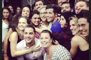 Bruno Gagliasso, Preta Gil e famosos agarram Caetano Veloso em foto após show