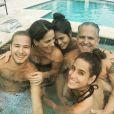 Gloria Pires curte Natal com a família em piscina