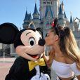 Ariana Grande foi mais carinhosa com Mickey Mouse e já deu um beijinho nele