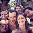 Sergio Guizé apareceu cercado de amigos em foto postada no Instagram