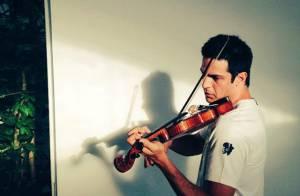 Mateus Solano posta foto tocando violino e intriga fãs: 'É para personagem?'