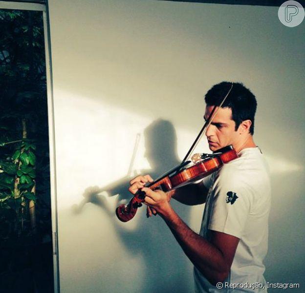 Mateus Solano toca violina e intriga seguidores no Instagram: 'É para um personagem?', perguntou um rapaz na rede social nesta terça-feira, 6 de dezembro de 2014