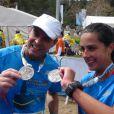 Carol Barcellos e Clayton Conservani exibem as medalhas no final da Maratona de Jerusalém