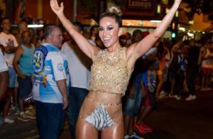 Sabrina Sato usa look ousado ao participar do ensaio de rua da Vila Isabel