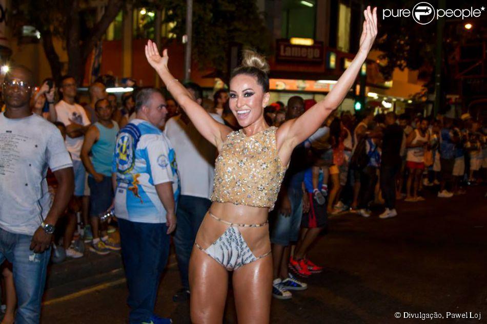 Sabrina Sato usa cropped top bordado da grife Trinitá e biquíni Adriana Degreas para ensaio de rua da Unidos de Vila Isabel, em 14 de janeiro de 2014