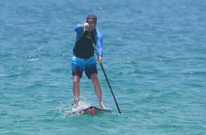 Marcelo Serrado pratica stand up paddle em praia do Rio de Janeiro