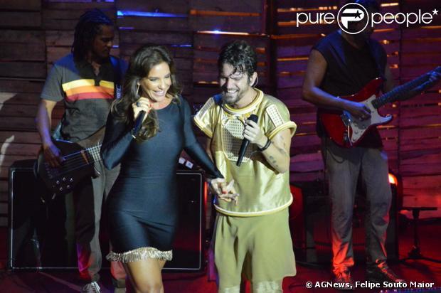 Ivete Sangalo se apresenta de vestido justo e curto na gravação do DVD de Saulo Fernandes, em Salvador, na Bahia, em 5 de abril de 2013