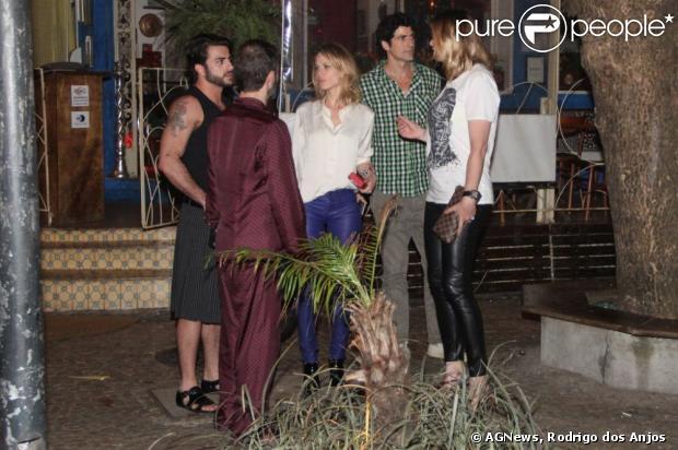 Mariana Ximenes, Reynaldo Gianecchini, Marc Jacobs e o namorado, Harry Louis, jantam juntos em um restaurante de Ipanema, no Rio, em 7 de abril de 2013