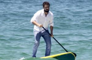 Rafael Cardoso, de 'Império', faz stand up paddle de calça jeans para ensaio