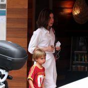 Fernanda Torres passeia com o filho caçula, Antonio, que completa 5 aninhos
