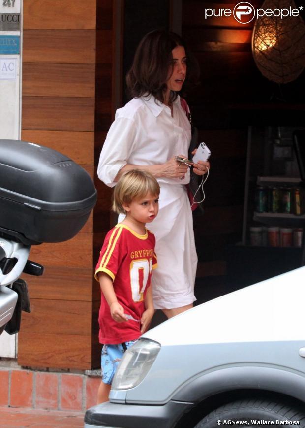 Fernanda Torres sai de um restaurante no Leblon, no Rio, com o filho Antonio, que está completando 5 anos em 10 de abril de 2013