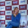 Carolina Dieckmann se diverte enquanto conversa com a imprensa