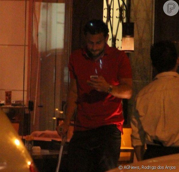 O jogador do Fluminense, Fred, vai a restaurante no Leblon usando muleta em função de uma lesão que sofreu durante partida do Carioca 2013