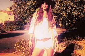 Alessandra Ambrósio usa shortinho e botas no festival Coachella, na Califórnia