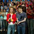 Emma usou uma roupa que lembra as antigas paquitas da Xuxa ao lado de Daniel Radcliffe em uma gravação nos estúdios da MTV em 2002