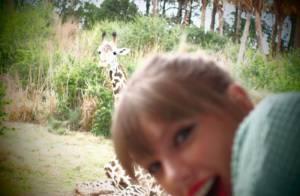 Taylor Swift se diverte na Disney na companhia de amigos