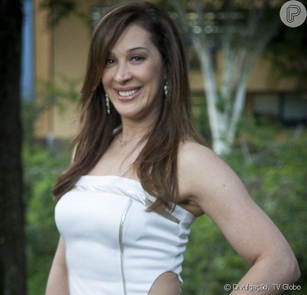 Lívia (Claudia Raia) diz a Théo (Rodrigo Lombardi) que Morena (Nanda Costa) se prostitui em Istambul, em 'Salve Jorge', em abril de 2013