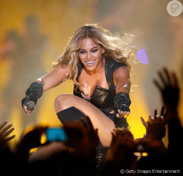 Beyoncé levou alguns 'carinhos' de fãs fora de controle no show de estreia de sua turnê mundial, 'The Mrs. Carter Show'. O vídeo foi publicado na sexta-feira, 19 de abril de 2013