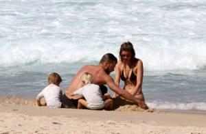 Fernanda Lima e Rodrigo Hilbert brincam com os filhos em praia do Rio