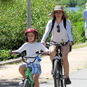Fernanda Torres anda de bicicleta acompanhada do caçula, Antônio, no RJ