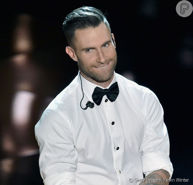O cantor Adam Levine corta a orelha ao ser atacado por fã em show do Maroon 5, na noite de segunda-feira, 6 de abril de 2015