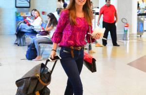 Marina Ruy Barbosa posa com fãs no aeroporto usando bolsas de mais de R$ 26 mil