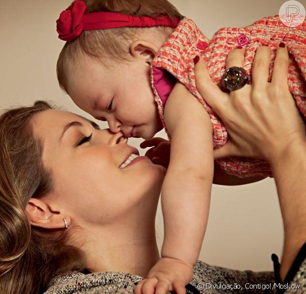 Bianca Castanho brinca com Cecília, de 10 meses, que sobreviveu junto à mãe de uma gravidez de alto risco, segundo revela a atriz em entrevista para a revista 'Contigo!', em maio de 2013