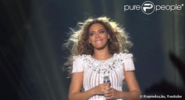 Beyoncé se emociona em show na Bélgica. A cantora precisou cancelar uma das duas apresentações por ordens médicas, em 15 de maio de 2013
