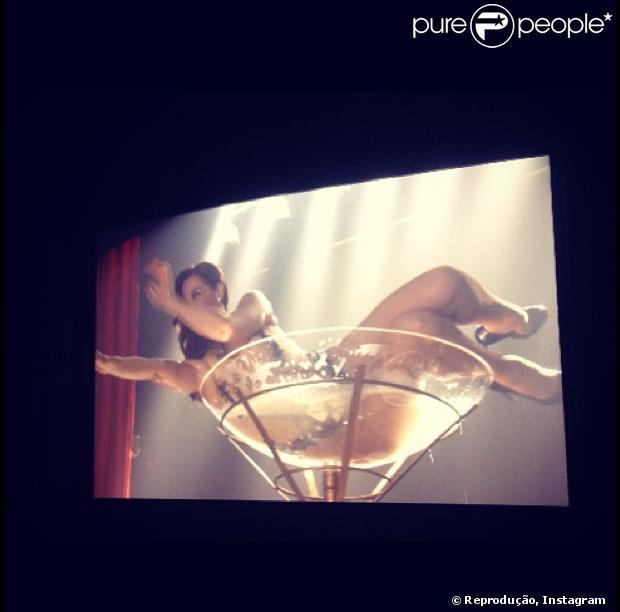 Claudia Raia publica foto em taça durante gravação dos últimos capítulos de 'Salve Jorge', em 16 de maio de 2013