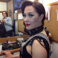 A atriz posa no camarim já produzida e pronta para dar um show de strip como Lívia Marini, no cenário de um cabaré