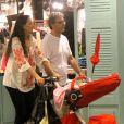 Enquanto não estreia na novela 'Babilônia', Herson Capri aproveitou o domingo (18) ao lado da mulher, Susana Garcia, e da filha Sofia, de cinco meses, em um passeio pelo Fashion Mall, em São Conrado, no Rio de Janeiro
