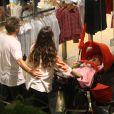 Herson Capri passeia em shopping com a mulher e a filha Sofia, de cinco meses