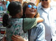 Sabrina Sato grava programa de TV em ruas de São Paulo e esbanja simpatia