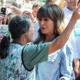 Sabrina Sato grava programa de TV nas ruas de São Paulo e esbanja simpatia, nesta sexta-feira, 24 de abril de 2015