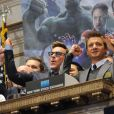 Robert Downey Jr. e Jeremy Renner tocam o tradicional sino da Bolsa de Valores de Nova York para promover o filme 'Vingadores: Era de Ultron', nesta segunda-feira, 27 de abril de 2015