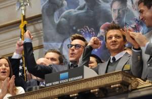 Robert Downey Jr. toca sino da Bolsa de Valores de Nova York para promover filme