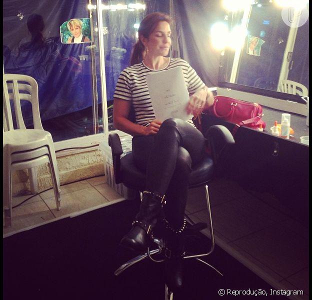 Ivete Sangalo posa concentrada nos bastidores do filme 'Crô', de Aguinaldo Silva