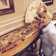 Xuxa postou em seguida do pedido de oração uma foto na qual aparece ao lado de um barco gigante de comida japonesa, na Record