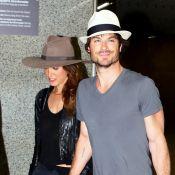 Ian Somerhalder desembarca no Brasil de mãos dadas com a esposa, Nikki Reed