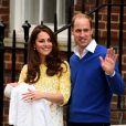 Kate Middleton e príncipe William acenam para os súditos ao deixar a maternidade com a filha recém-nascida