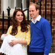 Para a primeira aparição em público após dar à luz, Kate Middleton optou por um vestido da estilista Jenny Packham