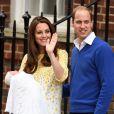 Kate Middleton deixa hospital com a filha no colo e acompanhada de príncipe William