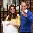 Kate Middleton deixa maternidade com a filha no colo e acompanhada do marido, príncipe William
