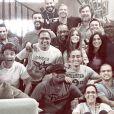 Sabrina Petraglia registrou a última cena da Família Pereira, e legendou: 'Mais um dia com essa equipe MARAVILHOSA! Última cena na casa da família Pereira'